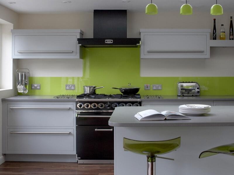 кухня в серо зеленом интерьере