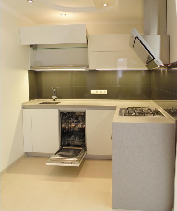 белая кухня с черным фартуком фото