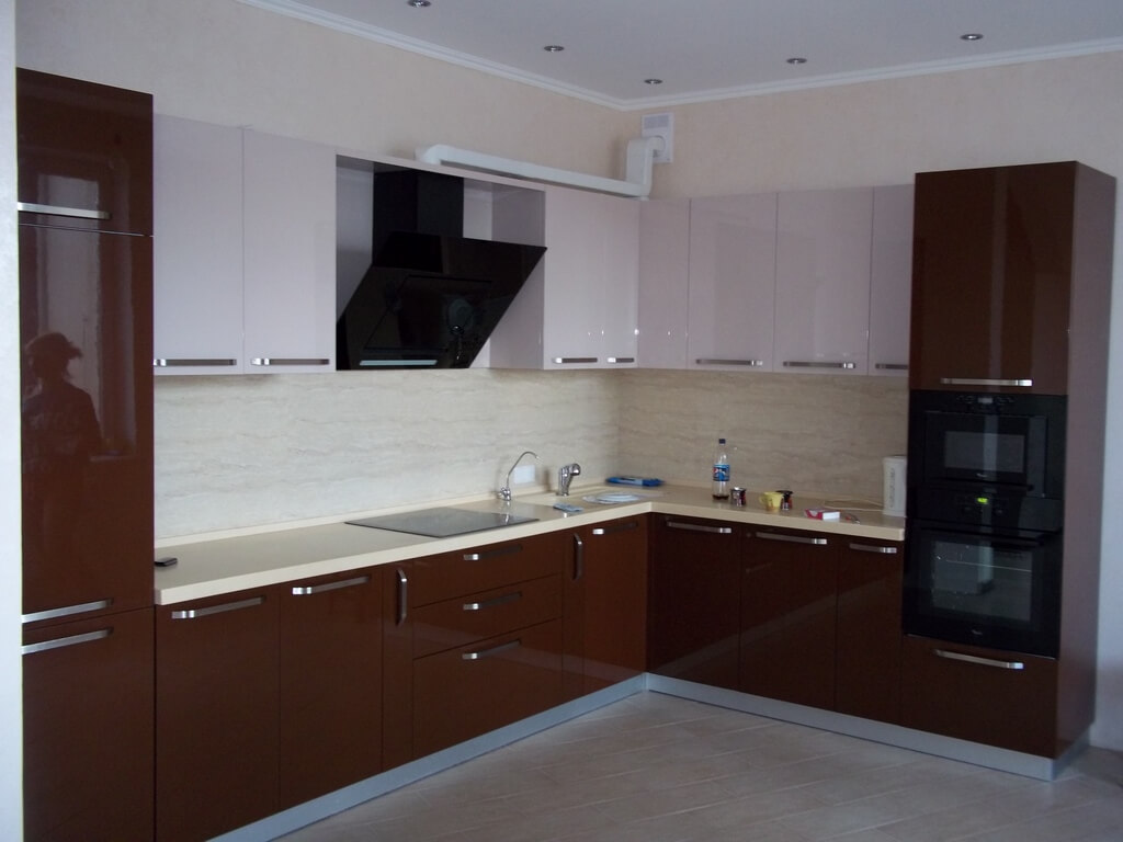 бело коричневая кухня фото