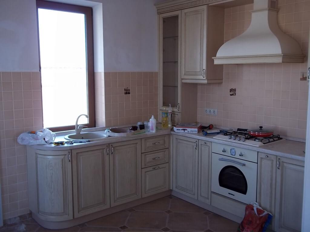 деревянная кухня с белой столешницей фото