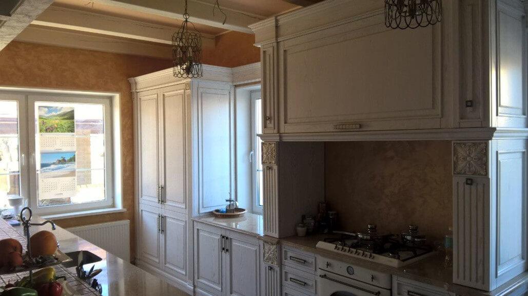 деревянная кухня с черной столешницей фото