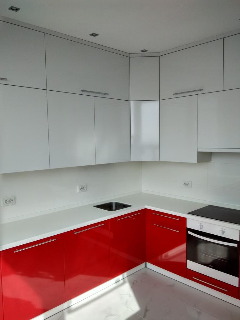 фото бело красной кухни с белой столешницей