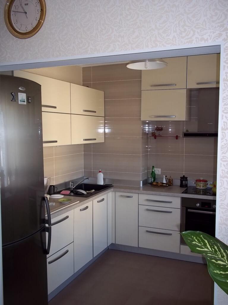 фото бежевой кухни со светлой столешницей
