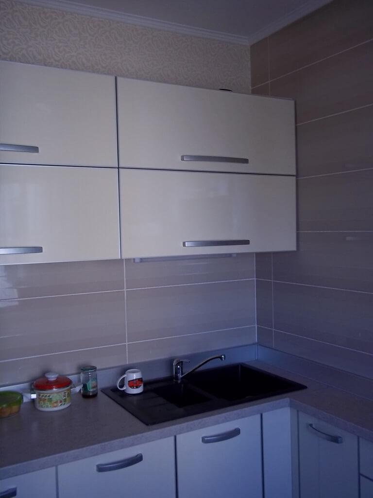 фото бежевой кухни в маленькой квартире