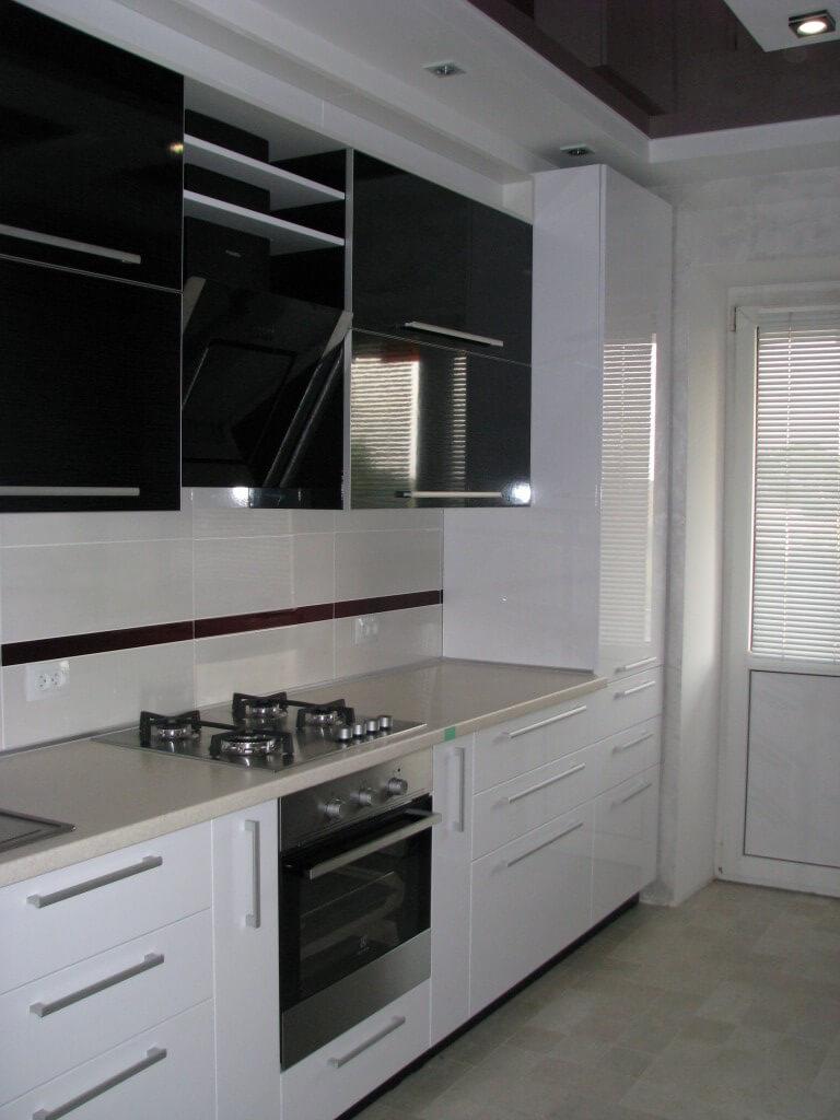 фото черно белой кухни с белой столешницей
