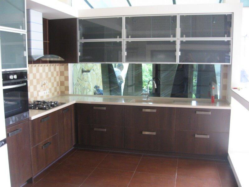 фото коричневой кухни с белой столешницей