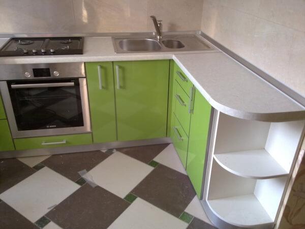 фото салатовой кухни с белой столешницей