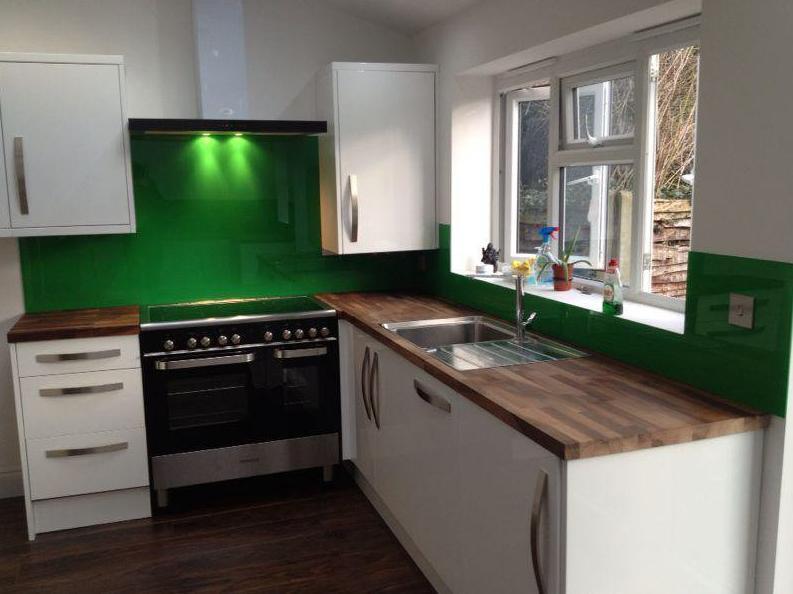 фото светлой кухни с темной столешницей
