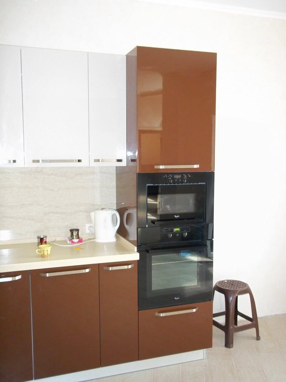 коричневая кухня с белыми фасадами фото