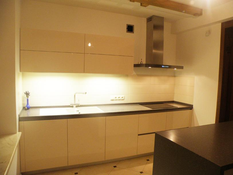 кремовая кухня с черной столешницей фото