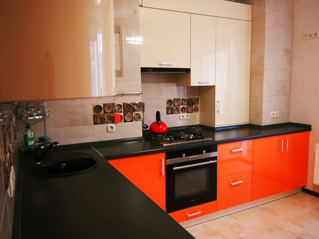 дизайн черно оранжевой кухни фото