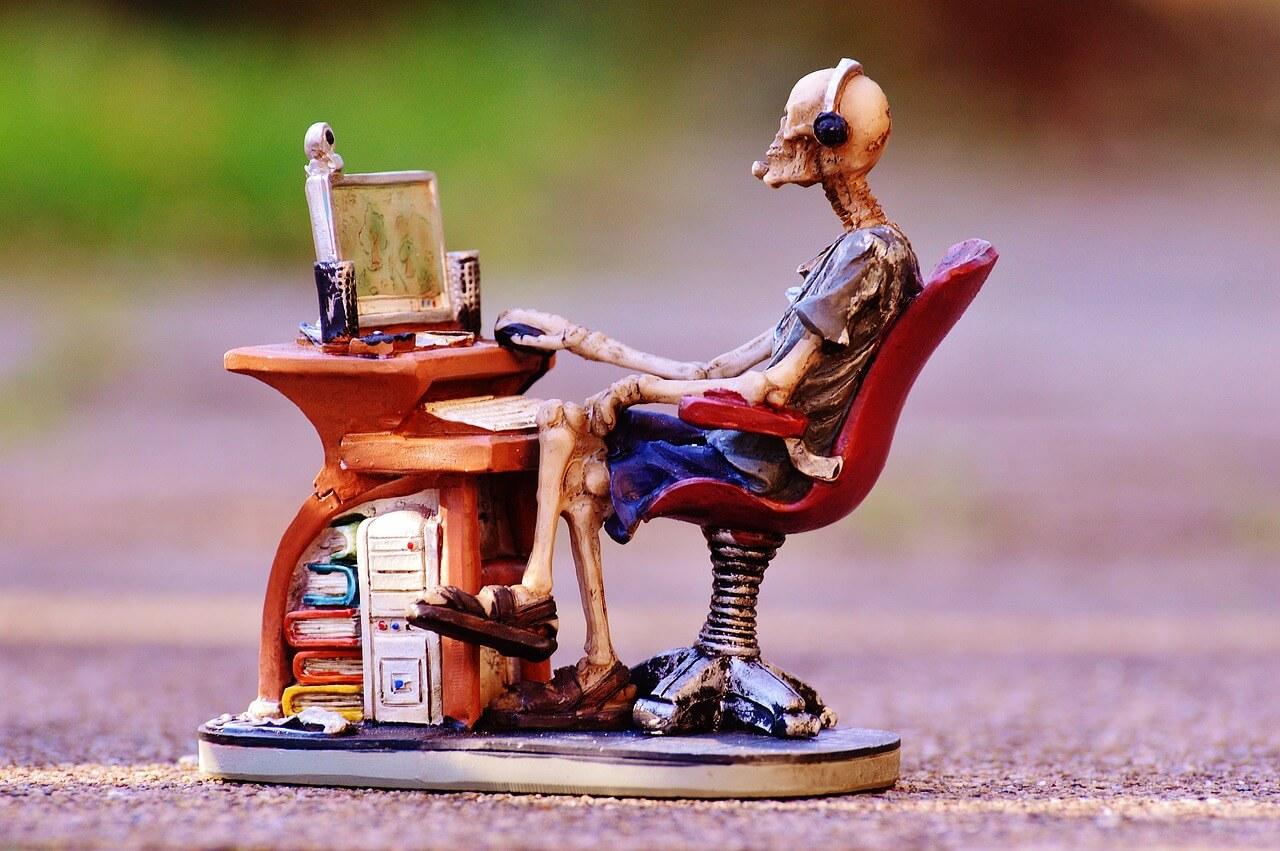 фото компьютерных столов с полками